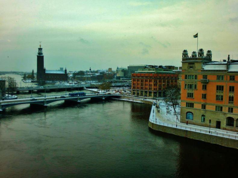 صورة اخرة لجمال السويد من نافذة البرلمان